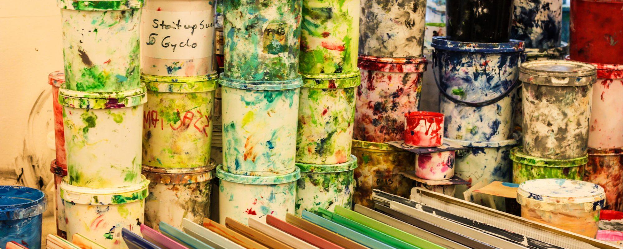 MANGE FARGAR: Målingsspanna står på oppstilte på rekkje og rad i fabrikken til Fredriksen Silketrykk. Det må mange spann til for å trylla fram alle tenkjelege og utenkjelege fargar. (Foto: Morten Hetland)